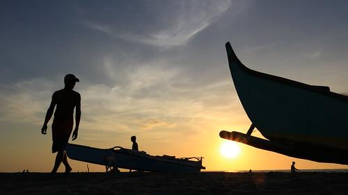 philippines zambales sanfelipe liwliwabeach beach shore sunset boat silhouette asia southeastasia canon eos dslr 750d t6i rebelt6i sun seaside liwliwa