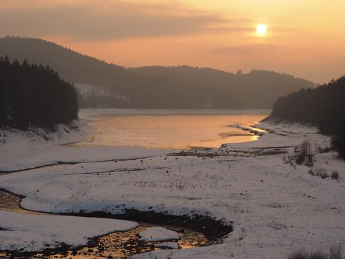 harz winter sundown sunset dusk sonnenuntergang schnee snow wasser see lake reservoir dam creek stream tree trees forest wald talsperre sösetalsperre orange light