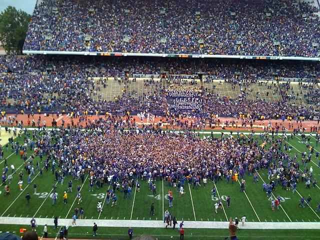 Uw Huskies 16 Usc Trojans 13 Fans Rush The Field After Uw