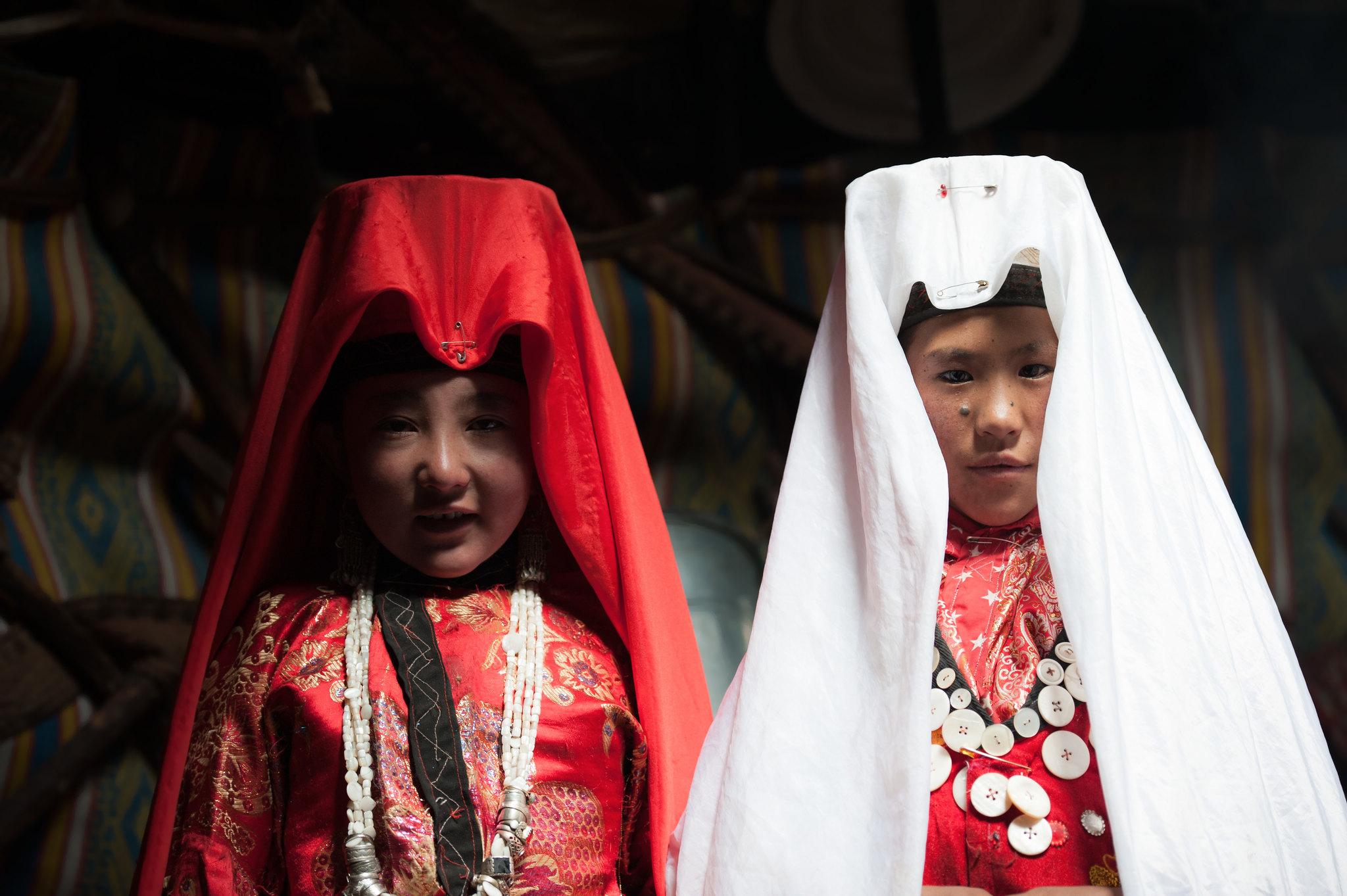 Фото: Сильвия Алесси. В белом — замужняя девочка, в красном — на выданье.