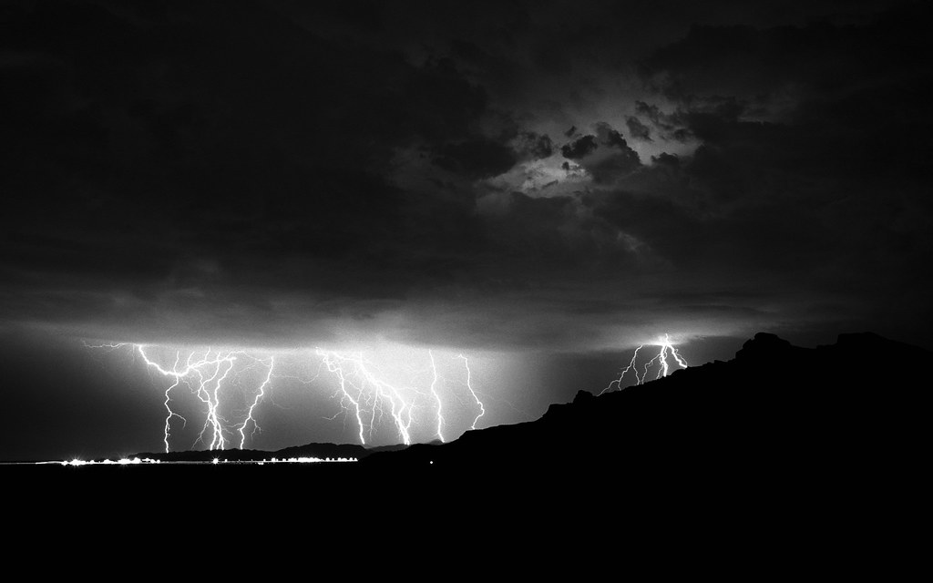 Mac Wallpaper - Lightning | This is one of Apple's Black & W