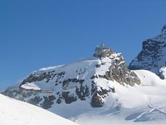 Stoupání nám zpestřuje pohled na budovy i observatoř Jungfraujoch.