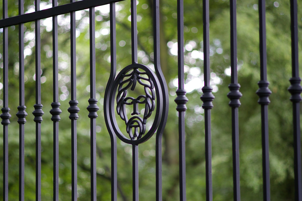 Płot z herbem / Crest fence