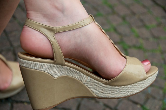 wide heel shoes