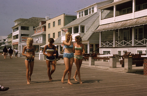 girls summer vacation beach fashion vintage walking four birthmark 60s blondes teenagers bikini barefoot 1967 boardwalk suntan vernacular summertime delaware atthebeach 夏 girlfriends rehobothbeach foundphotograph アメリカ oceancitymd strolling thesixties ビーチ fourgirls 日焼け 水着 bluebikini 金髪 ビキニ ocmaryland デラウェア ボードワーク リホボスビーチ デラウェア州 リホボス