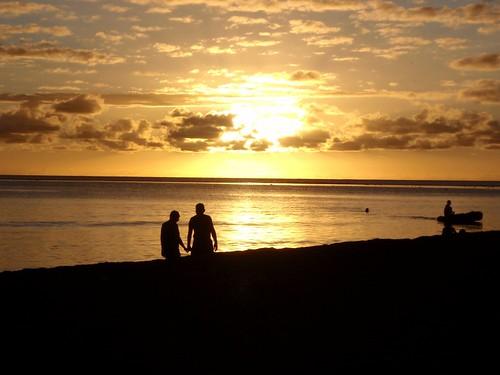 sunset couple coucherdesoleil frenchpolynesia anonyme polynésiefrançaise plagebeach îlesduvent