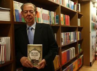 Relata autor el esplendor del hotel Regis y memorias de la capital del país | by La Jornada San Luis