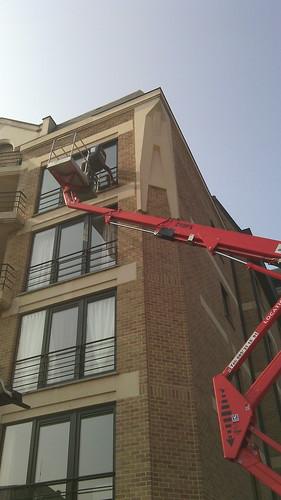 Utilisation de nacelle adaptée pour le traitement des façades exposées aux pluies.