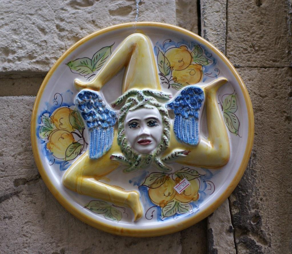 Siracusa-Ortigia, Trinacria, die dreibeinige Medusa, das S