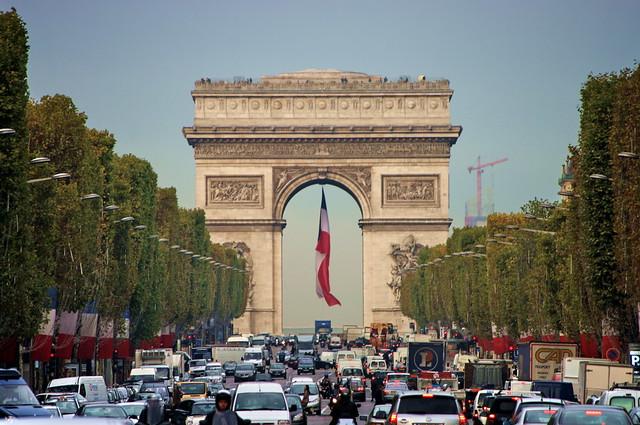 Paris l'Arc de Triomphe en haut des Champs-Elysées