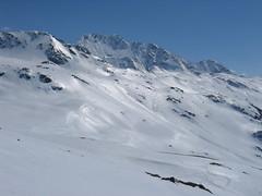 Hory pokrývá souvislá vrstva tvrdého, hladkého sněhu. Zn. Lavinové nebezpečí v dopoledních hodinách = 0
