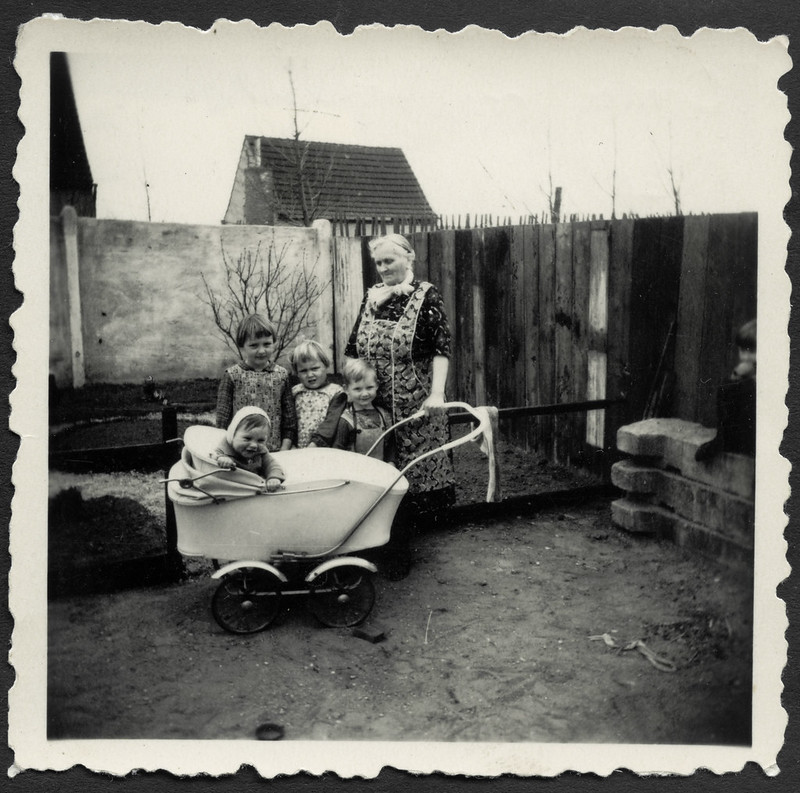 Archiv K764 Mit meiner Oma, Barleben, 1965