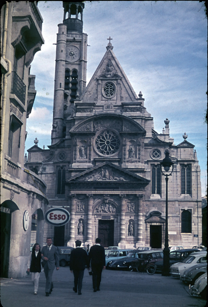 Церковь Saint–Etienne–du–Mont возле Пантеона.