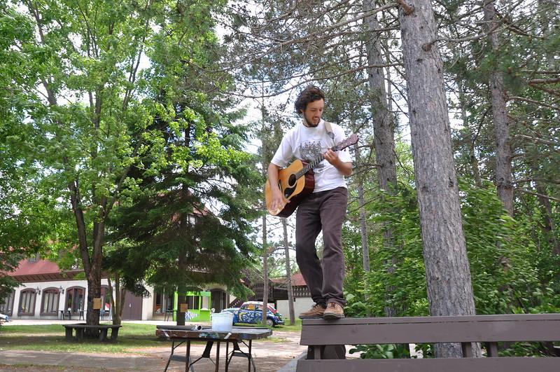 Jost spielt Gitarre