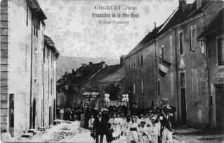 La procession de la Fête-Dieu remonte la Grande-Rue. En face de la chapelle, on aperçoit le reposoir