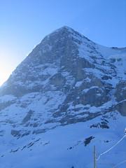 Výstup začíná na nádraží v Grindelwaldu nebo Lauterbrunnenu. Na Kleine Scheidegg odkládáme lyže do speciálního vagónu a skrz severní stěnu Eigeru vyjedeme zubačkou do výšky bezmála 3.500 m.