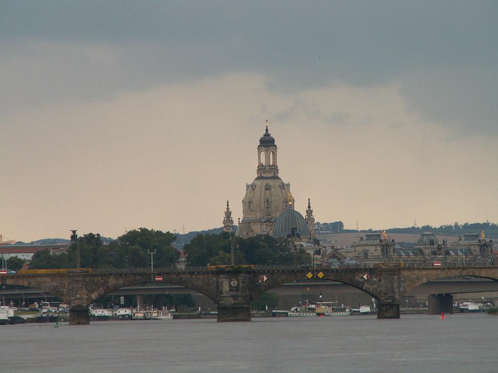 Kuppel der Frauenkirche Dresden, Albertbrücke dahinter Carolabrücke und Anlegestellen der sächsischen Dampfschifffahrtam Terrassenufer mit Dampfschiffen 419