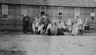 Group of nursing sisters and officers outside one of the huts of No.4(University of Toronto) General Hospital, C.A.M.C., at Kalamaria / Groupe d'infirmières militaires et d'officiers à l'extérieur de l'une des baraques de l'Hôpital général no 4 (Univ
