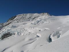 Rovný hřeben hory Kranzberg. Pod ním mocný ledovec rozvrásněný velkými trhlinami.