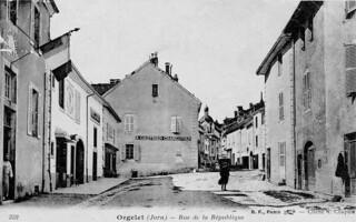 A gauche, l'ancienne gendarmerie d'Orgelet