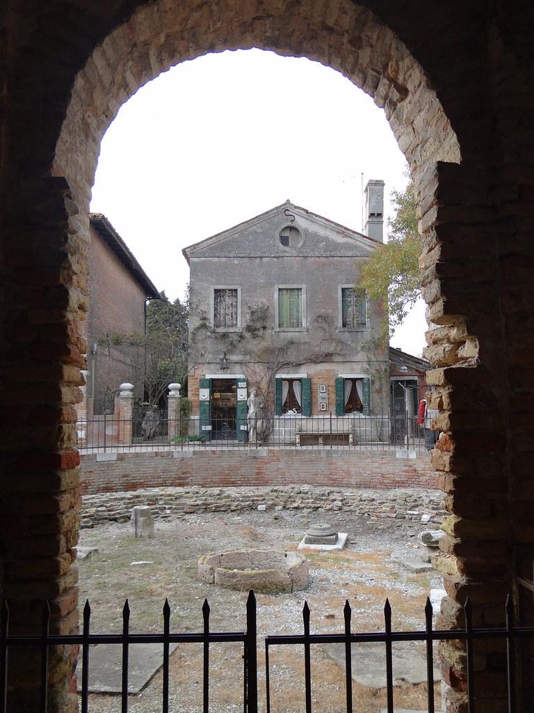 Die Kirche Santa Maria Assunta wurde im Jahr 639 auf Torcello in der laguna morta, dem nördlichen Teil der Lagune von Venedig erbaut, dazu einige Häuser mit schönen Gärten, die luxuriöse Osteria Al Ponte del Diavolo, ein beliebtes Ausflugsziel der High Society von Venedig 03900