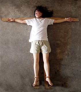 潍坊寒亭看守所以十字架酷刑折磨大法弟子(图) | 潍坊寒亭看守所以十字架酷刑折磨学员 图为女学员演示被扣铐在