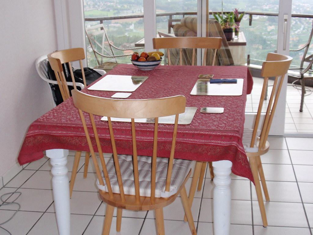 Kitchen Table & 4 Chairs/Table de cuisine, 4 chaises