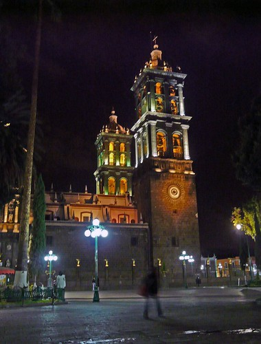 N08 Puebla cathedral at night