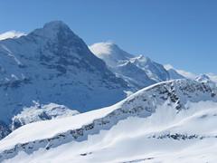 """Při pohledu vlevo Nordwand Eigeru, mezi horolezci přezdívaný také na """"Mordwand"""" – vražedná stěna."""