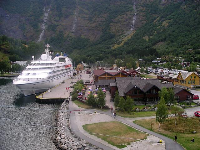 Flåm Startpunkt der Flåmbahn auf Meereshöhe. Norwegen 2004