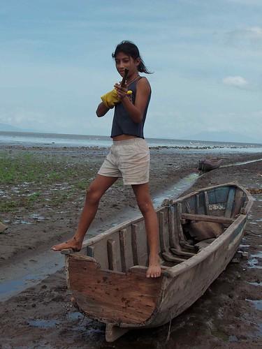 Jovencita compradora de pescado encima de una canoa para pescar - fishing boats; Young girl working with fish buyers on top of a fishing canoe; Puerto Díaz, Chontales, Nicaragua | by Lon&Queta