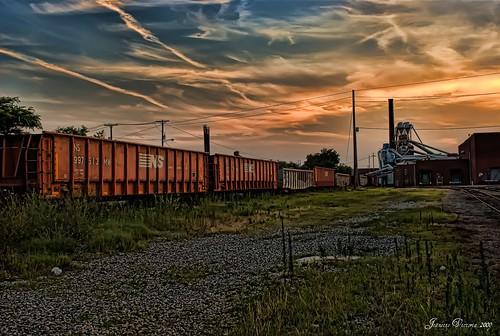 sunset sky urban train decay south northcarolina boxcars railroadtracks lexingtonnc supershot davidsoncounty bej abigfave platinumheartaward sonyalphadslra200 jeanetterunyon