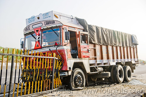 DSC09016 - Truck accident (India) | by loupiote (Old Skool) pro