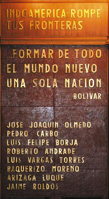 Frases Y Nombres Ubicados En El Friso De Madera Del Mural