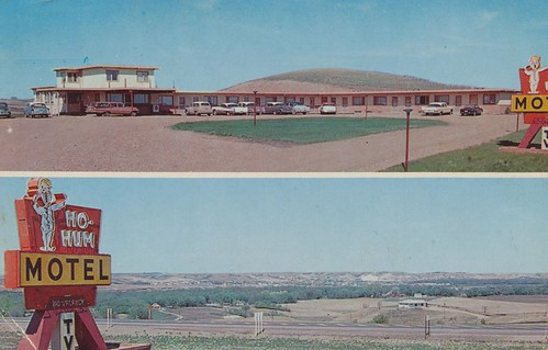 hohum motel postcard minot northdakota vintage cokemachine signswithpeople dirtparkinglot 1959 viewofthehighway tvsign novacancy