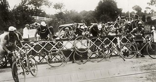 Wielrenners beklimmen bewaakte overweg / Cyclists climbing over closed railway crossing | by Nationaal Archief