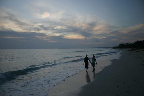 ocean sunset summer beach japan canon aj eos evening hands kiss couple 日本 romantic okinawa 沖縄 miyako 海 hold 宮古島 brustein maehama カップル