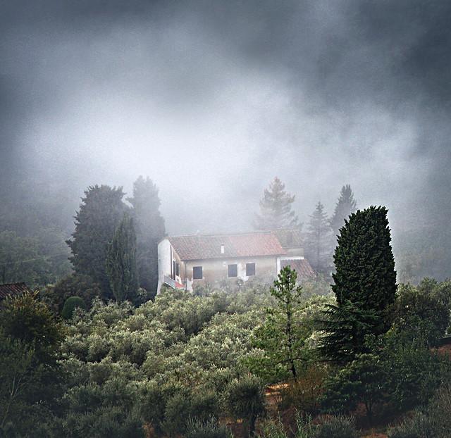 House in fog_Tuscany