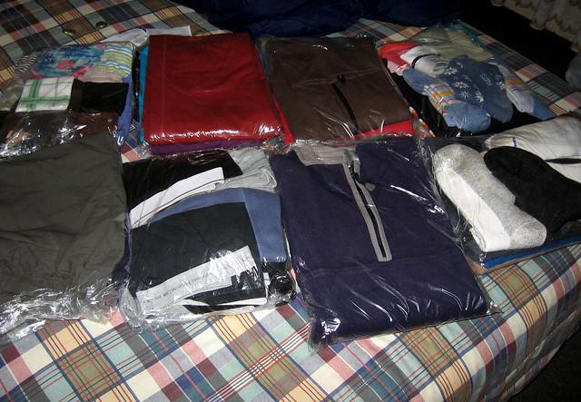 vêtements dans des pochettes en plastique