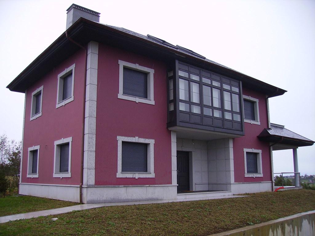 Casa En El Espin Navia Fachada Color Vino Con Aleros En N