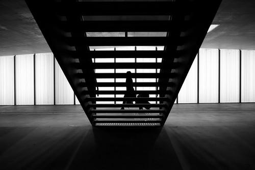 zürich oerlikon sbb trainstation publictransport silhouette woman symmetry architecture urban pointofview pov availablelight fujifilm x100t 35mm bw noiretblanc streetphotography 2017 ch switzerland