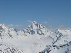 Panoramatu dominuje pyramida Piz Linard, vyšší než 3400 m.