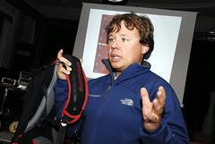 Nesmíme opomenout bohatý večerní program se zajímavými přednáškami o lavinové problematice, zdraví a výživě při sportu... Na snímku je švýcarský lavinový specialista Manuel Genswein, který krom jiného představil i airbagový batoh SNOWpulse.
