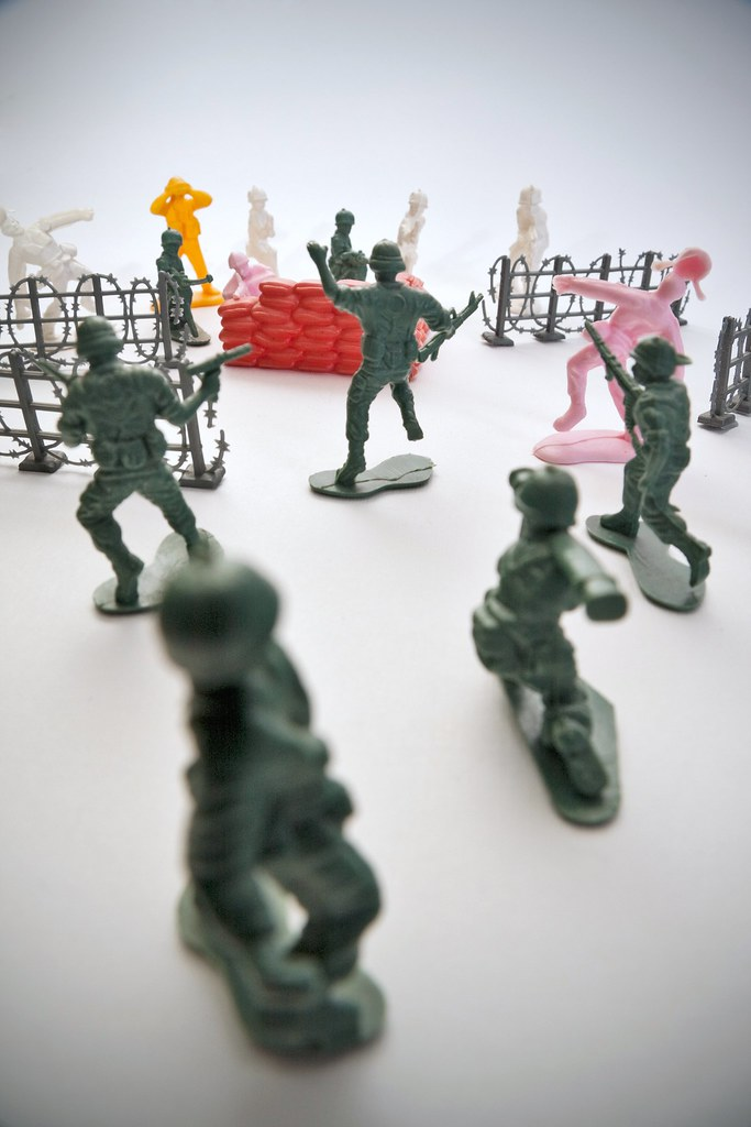 Some green toy soldiers fighting a mock up battle | Some lit… | Flickr