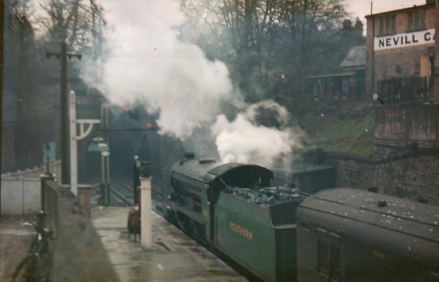SR - V class 4-4-0 no.910 Merchant Taylors at Tunbridge Wells Central - 1939/40 (Dufay_051)
