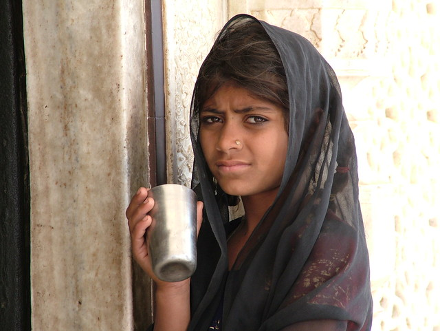 begging girl in Fatehpur Sikri