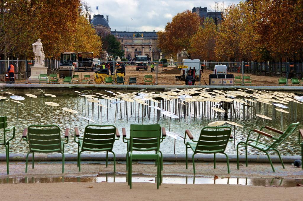 Paris Le Jardin Des Tuileries Avec Le Louvre Au Fond Des Flickr