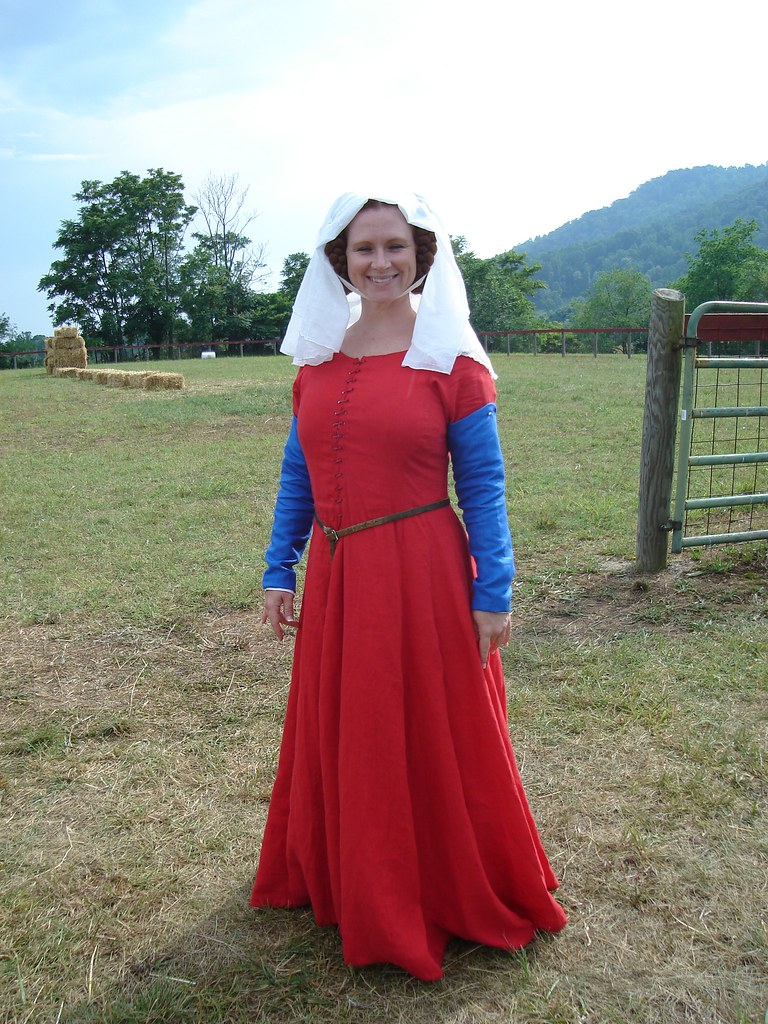 Red Cotehardie with blue sleeves | This 13th/14th century co