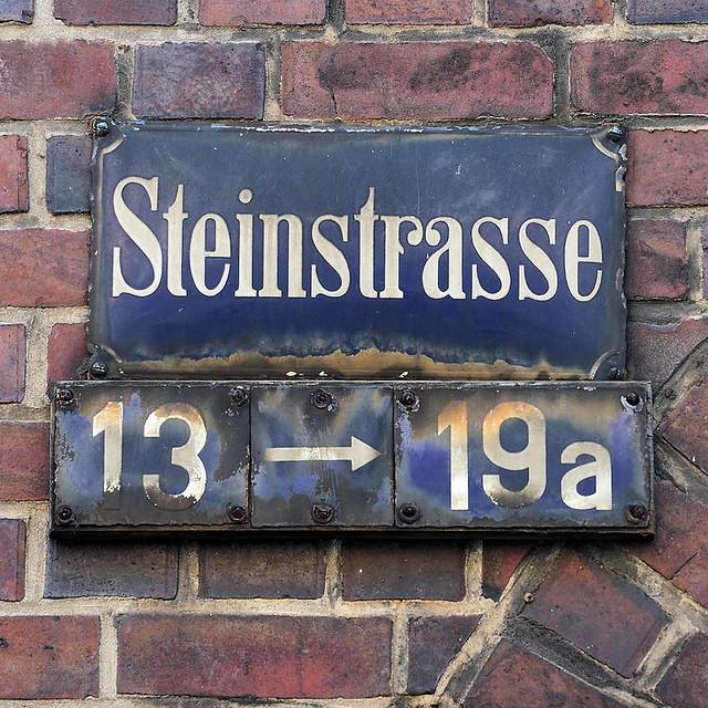 1968 Altes Strassenschild, blaues Schild - weisse Schrift STEINSTRASSE - Hausnummern mit Pfeil; Altstädter Hof, Kontorhausviertel Hamburg.