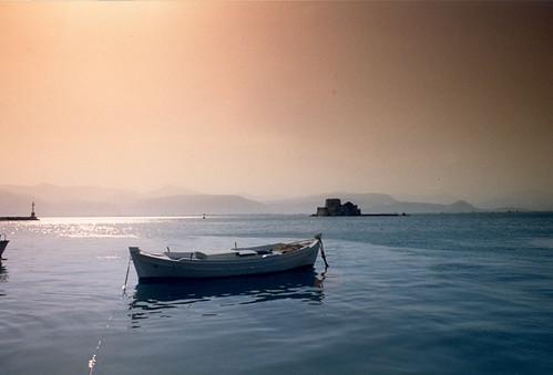 1988 grece europe péloponnèse nauplie naplio barque couchédesoleil meregée mer sea sunset château ile
